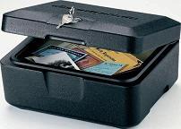 cajas ign�fugas - � Malet�n de seguridad ign�fugo. � Con homologaci�n UL de media hora de resistencia al fuego. � Introduci�ndolo en su caja de seguridad puede convertir una parte de la misma resistente al fuego. � Incluye 2 juegos de llaves. � Color: negro. � Dimens