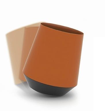 Papelera de diseño - Una pequeña papelera que da mucho juego. Su base esférica es la responsable. Está en tus manos – o en este caso a tu pies - cómo vivirla: estática o en movimiento. La papelera de diseño con más vida, fabricada en polipropileno inyectado, está disponible en 3 colores, azul, blanca o naranja, además posee una capacidad de 17 litros. Medidas: 299 x 360 mm