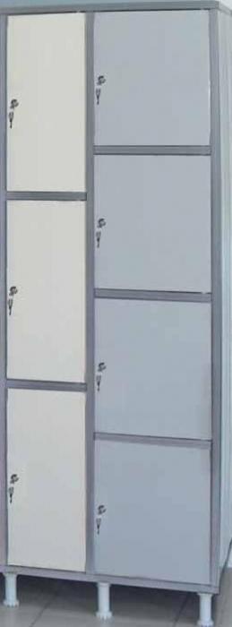 Taquillas de plástico - • Resinas de polivinilo. • Inalterable a humedades, ácidos, bases y sales. • Fácil de montar y transportar. • Sin nervios interiores ni exteriores, facilitando así su limpieza. • Colores inalterables. • Color del cuerpo: gris • Color de las puertas: rojo, gris, azul y beige. • Puerta pivotante: apertura sin bisagras. • Cerradura de 700 combinaciones. Con 20 series. • Bombín: extraíble y reemplazable. • Patas: regulables de 130 a 180 m/m.
