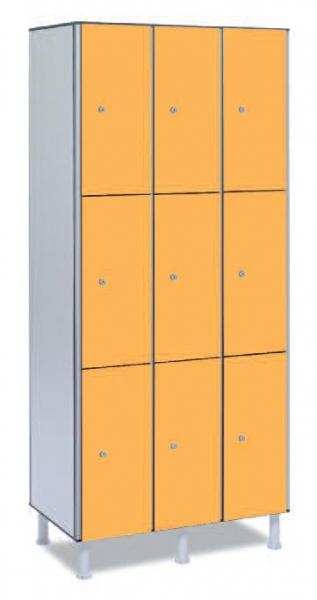 Taquilla fenólica 9 puertas - Taquilla fenólica con perfil de aluminio. Formada a base de láminas de celulosa homogeneizada con resinas fenólicas y compactadas. Núcleo interior negro. Patas de PVC con niveladores. Expesor puerta de 10 y 12 mm.  Perfil resistente a la oxidación. Herrajes y tornillería de acero inox.