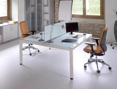 Composición 15 de la linea Exe - Composición doble con superficie de cristal. Muy espaciosa, su robustos soportes siguen las últimas tendencias en mobiliario de oficina gracias a su acabado cromado y su diseño minimalista y elegante.