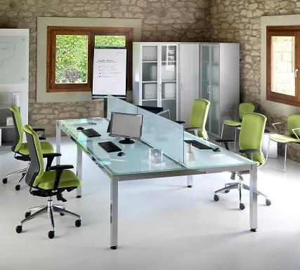 Composición 4 de la linea Exe - Mesa en composición para cuatro puestos con superficie de cristal y patas cromadas. Perfecta para crear espacios amplios y cómodos en los que situar al equipo de trabajo. Su diseño funcional permite estar a la última en la tendencia decorativa del mobiliario de oficina, con líneas elegantes y sencillas.