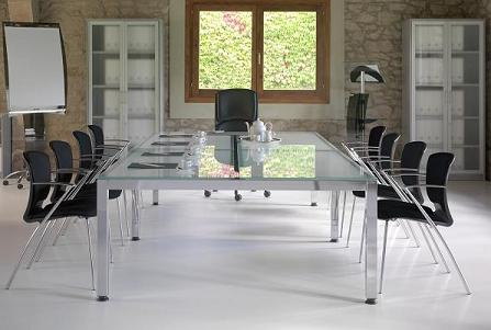 Composición R1 de la serie de mobiliario Exe - Una mesa para reuniones que le permitirá crear espacios elegantes y modernos con una gran sensación de amplitud. Su superficie de cristal aporta un toque de elegancia en conjunto con sus patas cromadas y su delicado acabado. Esta mesa de reuniones se adaptara al resto del mobiliario de oficina a la perfección.