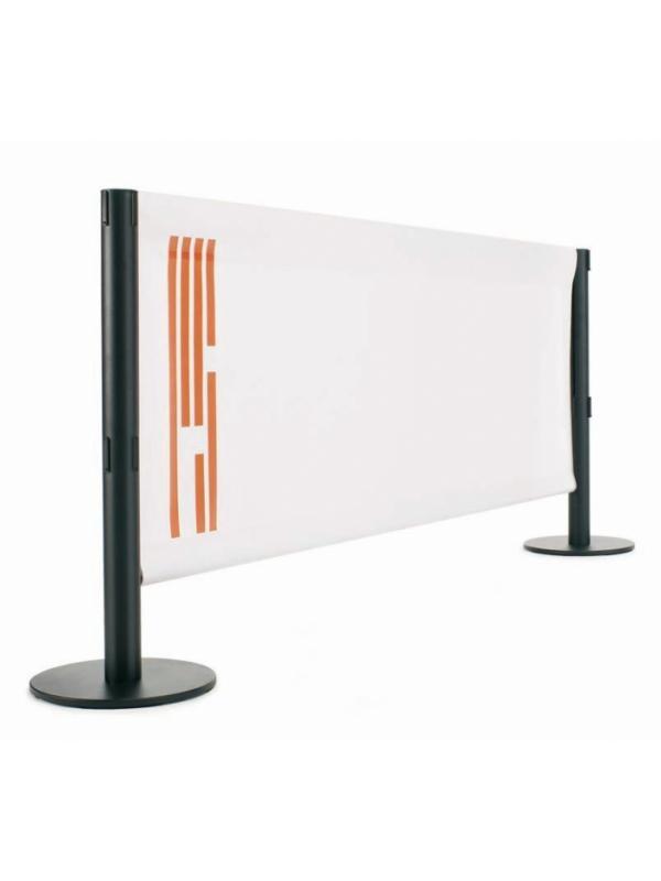 Poste separador metálico con lona - Poste separador metálico con lona. Poste separador metálico de 95 cm de alto, para separaciones de áreas y guiado peatonal mediante barra metálica de 2 m. Disponibles en color negro y plata. Lona disponible en 4 colores