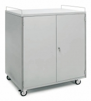 Armario portátil - Mueble para ordenadores portátiles Armario metálico gris provisto de ruedas con freno y puertas con cerradura en ambas caras. Su interior dispone de estantes metálicos para situar a recargar los ordenadores portátiles. Ideal para escuelas, universidades, empresas, etc….