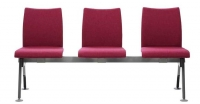 Bancada de espera - Patas con forma de V invertida de tubo semioval de 50x25 mm. acabadas en pintura epoxi color aluminio o cromadas; ambas patas se unen a través de una viga donde se sujeta la estructura de la silla. Posibilidad de incorporar brazos además de asientos y respaldos tapizados o en madera barnizada.