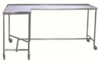 Mesa para instrumental - Mesa para instrumental. Fabricada en su totalidad en Acero Inox. Tablero superior con reborde en tres lados. Cinco ruedas para su mejor desplazamiento.