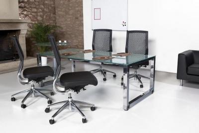 Mesa de reuniones de cristal las patas cromadas. - Mesa de reuniones de cristal las patas cromadas.