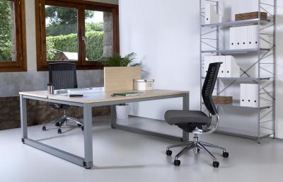 Mesas de oficina enfrentas 2 puestos de trabajo. - Mesas de trabajo enfrentadas en 2 puestos de trabajo. Al unir los dos puestos de trabajo en una sola estructura ahorramos patas metálicas, lo que permite un coste menor, a la vez que la menor carga visual nos proporciona un estilo minimalista, aconsejado especialmente en los espacios mas cargados u estrechos.  Las mesas de oficina de esta composición de 2 puestos de trabajo combinan el metal pintado con las superficie melamínico en haya, gris o wengue.Las patas de las mesas disponen de regulación de altura de 2 cm. fabricado en tubo de acero de 6 x 6 cm. cromado o pintado en blanco o en color aluminio (foto en aluminio).