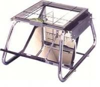 Podoscopio - Podoscopio de estructura de Acero Cromado. Con baldosa de apoyo en parte superior, desmontable y graduada. Dos espejos de control, uno fijo y otro abatible con regulación manual. Goniómetro desplazable con indicador. Iluminación eléctrica mediante fluorescente.