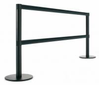 Poste separador metálico - Poste separador con barra metálica. Poste separador metálico de 95 cm de alto, para separaciones de áreas y guiado peatonal mediante doble barra metálica de 2 m. Disponible en color negro y plata. El cabezal del poste incorpora 3 vías de enganche.