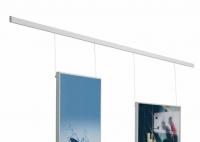 Rail para colgar cuadros - Rail para colgar cuadros. Rail de aluminio mural color plata mate, para colgar cuadros. Permite cambiarlos sin tener que atornillarlos en la pared. El kit de 200 cm. incluye un juego de 2 cables.El cable lleva incorporado una pestaña para sujetar el cuadro. Ideales para salas, galerías de arte, recepciones, etc.