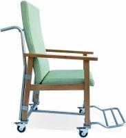 Sill�n geri�trico - Sill�n geriatrico Dise�ado espec�ficamente para el traslado de pacientes con necesidades especiales. Conjuga la comodidad de un sill�n con la facilidad de traslado gracias a su cuatro ruedas. Estructura en madera de haya maciza con cantos redondeados. Reposabrazos adelantado para un mejor apoyo.  Dise�o ergon�mico de asiento y respaldo.