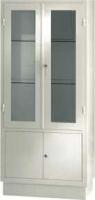 Vitrina - Vitrina armario para antequirófano. Fabricada en Acero esmaltado epoxi. Parte superior dos puertas con lunas y dos entrepaños de cristal. Con cerradura. Parte inferior armario con puertas y entrepaño de chapa. Con cerradura.