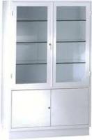 Vitrina - Vitrina armario para antequirófano. Fabricada en Acero esmaltado epoxi. Parte superior dos puertas con lunas y tres entrepaños de cristal. Con cerradura. Parte inferior armario con puertas y entrepaño de chapa. Con cerradura.