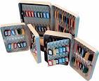Armario de llaves - » Armario de llaves color gris con cantos redondeados, apto para 120 llaves, según referencia. » Cerradura con llave (2 juegos de llaves incluidos). » Todos los armarios incluyen portallaves. » Kit de fijación incluido (tacos y tirafondos). » Acabado