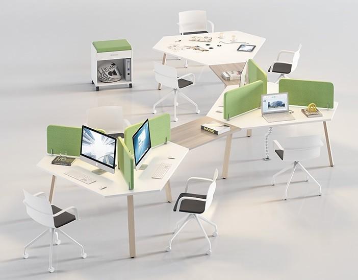 Ejemplo de oficina abierta y polivalente con biombos separadores
