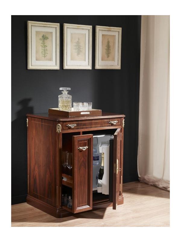 Armario para despacho clásico  - - Mueble para nevera fabricado en madera natural con marquetería y herrajes dorados.  - Posibilidad de distintos acabados: nogal, fresno-olivato o lacado marfil.  - Dimensiones del mueble: 74x57x82 cm. - Medidas nevera: 42,5x43,9x58 cm.