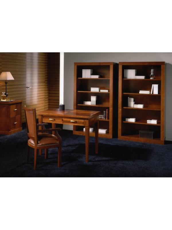 Muebles de despacho estilo clásico composición nº 17 - Despacho fabricado en madera natural (incluida la marquetería) pulimentada en cerezo, formado por:   - Mesa de despacho de dos cajones y pies desmontables. La tapa puede ser con marquetería o con tapete decorado con cenefa dorada. Medidas largo 102, fondo 60 y alto 79 cm.  - Archivador 2 cajones. Medidas (LFA): 55x61x79,5 cm. - Estantería de 4 baldas. Medidas (LFA) 98.50x38.50x176 cm  - Sillón de dirección con brazos fijos tapizado en piel.