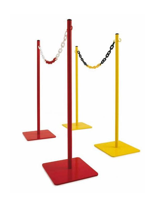 Poste limitador de espacio metálico para exterior. - Postes metálicos para exterior. Poste separador de hierro lacado, resistente y de gran estabilidad, ideal para separaciones de áreas públicas y privadas en el exterior. Disponible en 2 colores: Rojo y amarillo. Cadena de plástico de doble color (rojo/blanco y amarillo/negro).