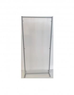 Biombo separación en translúcido o transparente - - Biombo de separación en policarbonato acanalado traslúcido, metacrilato espesor 5 mm y acabado incoloro, o en melamina. - Perfil metálico pintado epoxi en color plata mate . - Disponible en 80-  100 - 120 cm de ancho y 180 cm de alto.  - El soporte está formado por una pata metálica plana.  - Si quieres otras medidas diferentes a las estándar  consultamos por teléfono o mail.