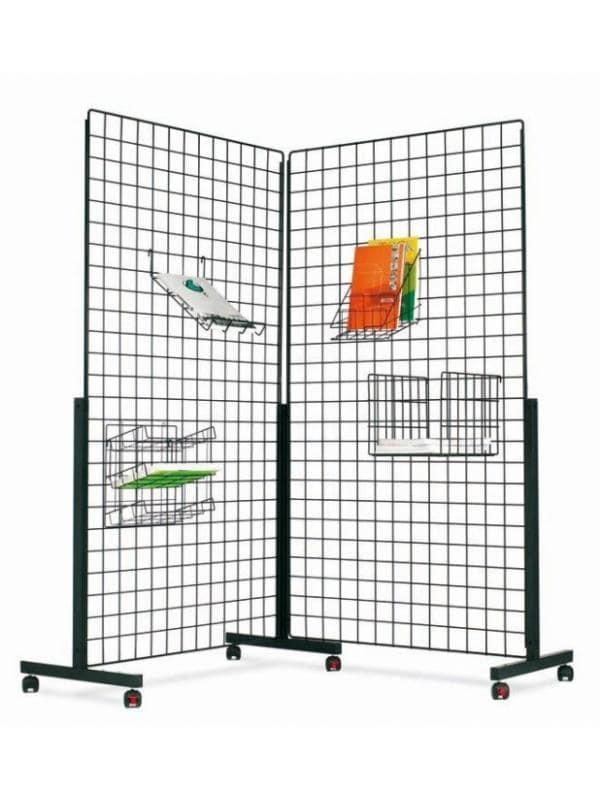 """Paneles de rejilla o maya metálicos / Panel expositor  - Paneles rejilla de maya o panel expositor  Paneles rejilla metálicos de color negro, construidos con varilla de hierro de 0,5 cm. formando  cuadrados de 6.5x6.5 cm. Puede colgarse a la pared o montarse con pies en forma """"T"""" con ruedas en composiciones individuales o lineales, el pie con ruedas sirve de unión entre 2 paneles. Sobre el panel podemos situar una extensa gama de accesorios."""