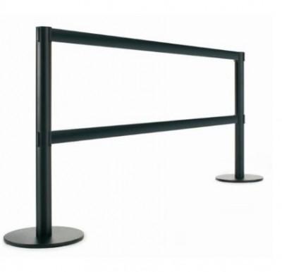 Poste separador metálico - Poste separador metálico o lacado de 95 y 50 cm de alto, para separaciones de áreas y guiado peatonal mediante cinta extensible de 3 m. El cabezal del poste incorpora 3 vías de enganche.