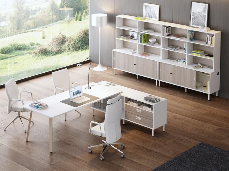 Despacho blanco con las patas en madera  - Aquí tiene el ejemplo de un despacho en color blanco con las patas en madera de haya, utilizando como ala auxiliar un armario acoplado a la mesa.