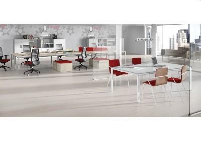 Mesa de reuniones en cristal - Mesa de reuniones en cristal y puestos de trabajo multifuncionales. Puedes elegir el tamaño y los colores de la patas, éstas al estar en las esquinas no molestan al usuario, por lo que la recomendamos frente a otras opciones.