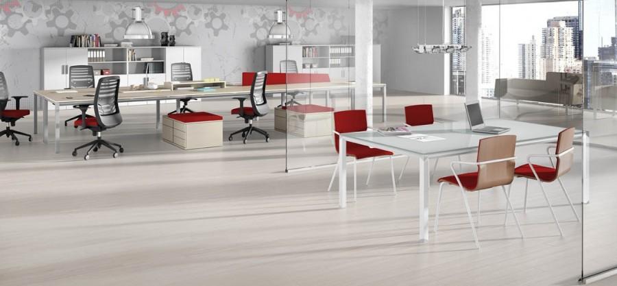 Mesa de reuniones en cristal - Mesa de reuniones en cristal y puestos de trabajo multifuncional.