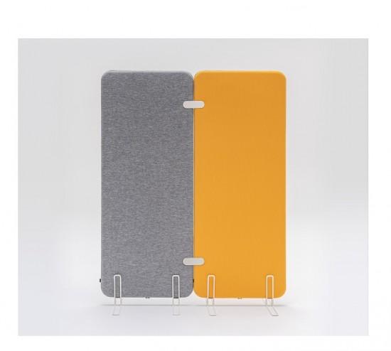 Panel o biombo acústico tapizado con pies metálicos.