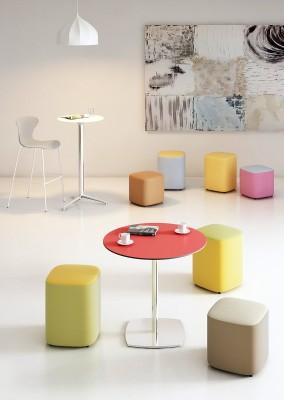 Puffs-mesas-zona -espera - Serie de mesas bajas, medias o altas con diferentes estructuras cromadas y encimeras en diferentes acabados. Dispone de puff tapizados. Pídenos información por correo o por teléfono y le informaremos sin compromiso.