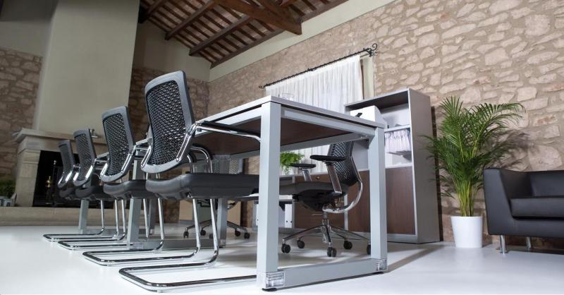 Detalle de la pata pintada en aluminio en la mesas de reuniones cristal y  cromada. Mobiliario de oficina. mobiofic.com